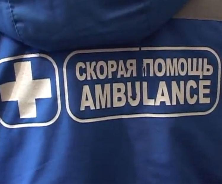 В Москве с моста на железную дорогу упал автомобиль