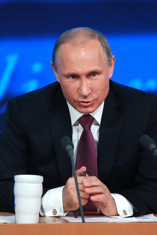 Путин сократил зарплаты собственной администрации