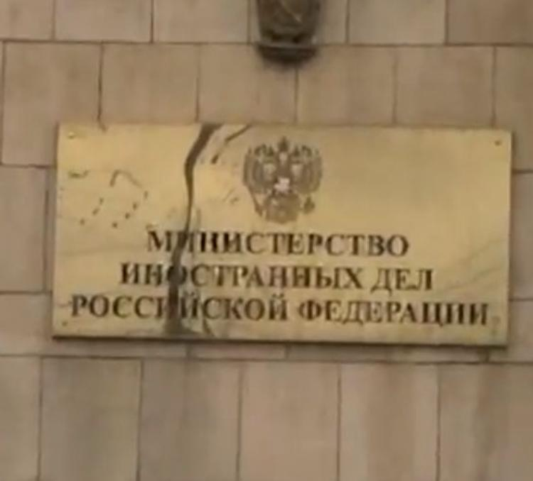 """МИД РФ предостерегает от """"докручивания"""" минских договоренностей"""
