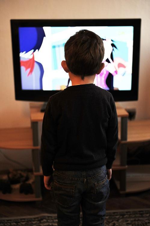 Ученые: просмотр телевизора увеличивает риск ожирения у детей