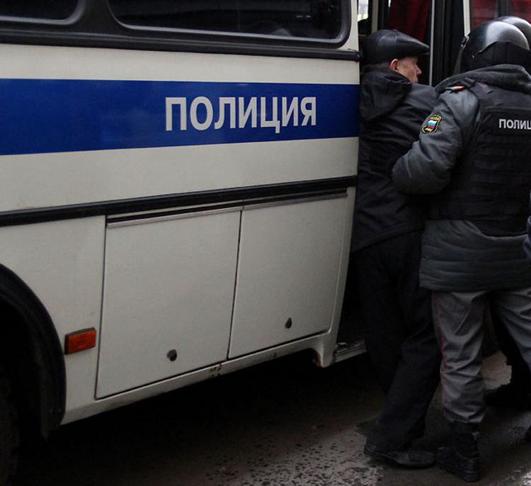В Челябинске гастарбайтеры задержали полицейского, воровавшего колеса