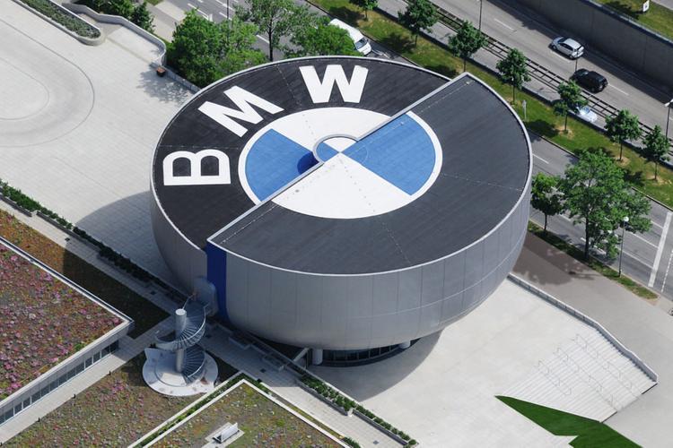 Глава BMW упал в обморок на открытии автосалона во Франкфурте