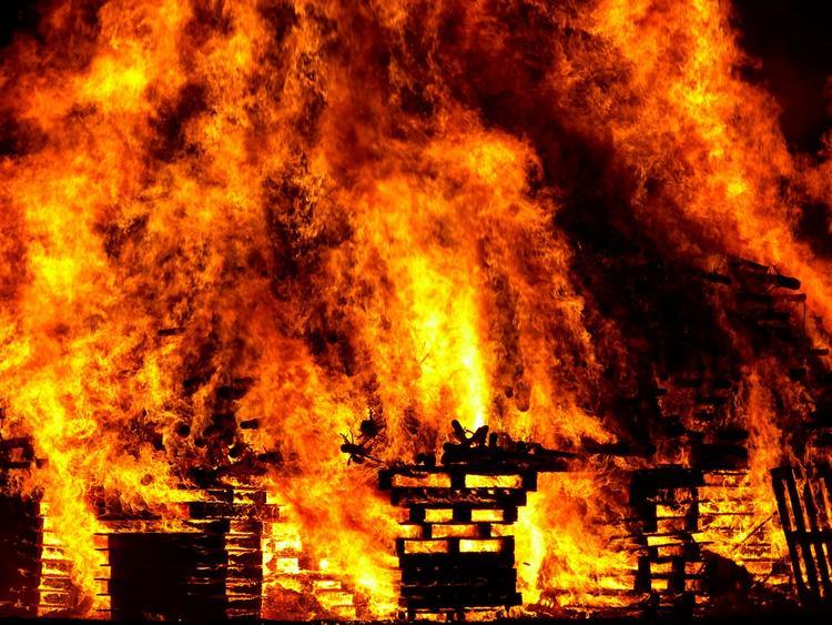 Металлический ангар горит на северо-западе Москвы