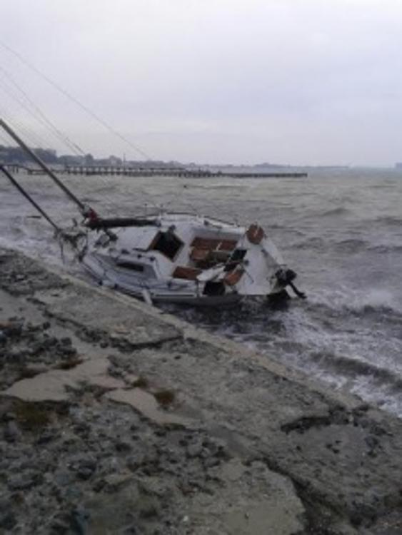 В Евпатории шторм разбил яхту о берег