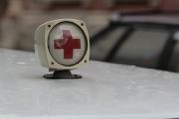 В Петербурге машина Nissan Teana протаранила остановку, есть пострадавшие