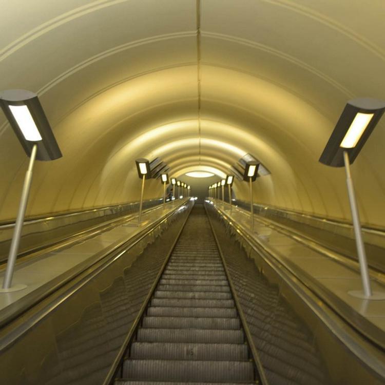 В московском метро пассажир провалился под эскалатор
