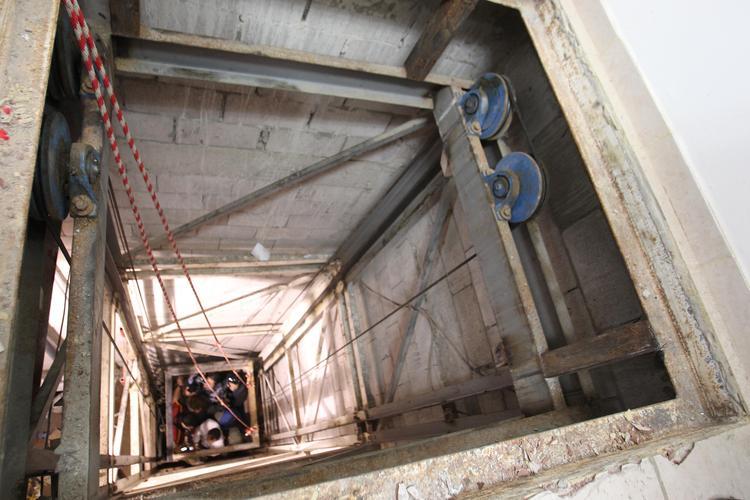 На севере Москвы уборщица упала в шахту лифта