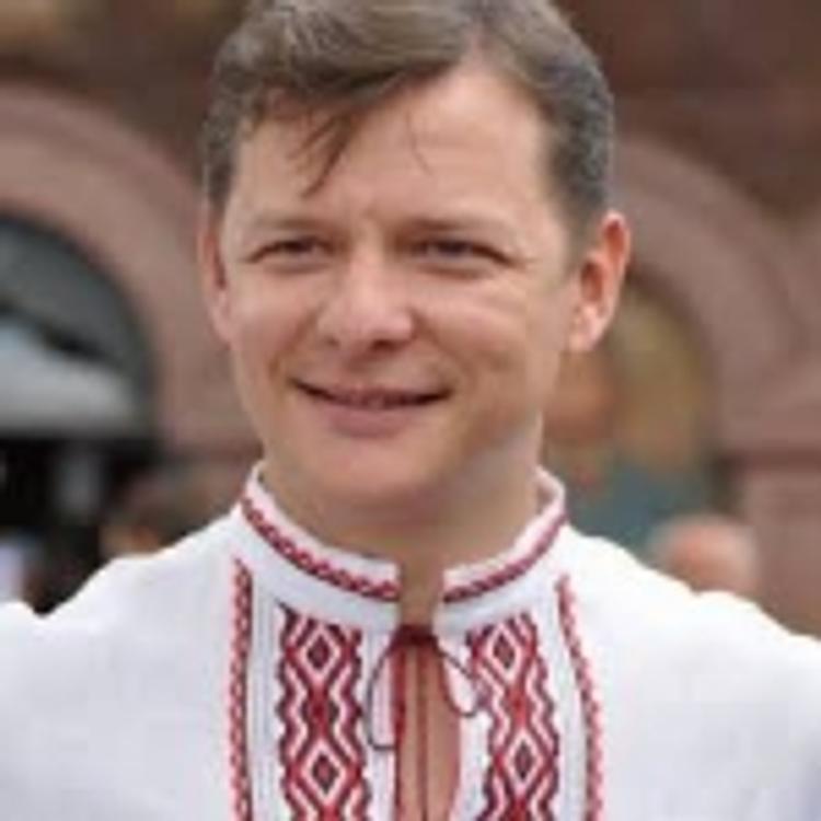 Ляшко на акцию в центр Киева привел коров и целовал их