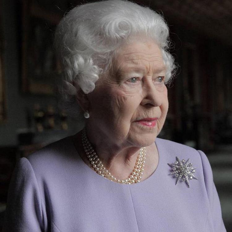 Королева Великобритании отрекается от престола в пользу внука