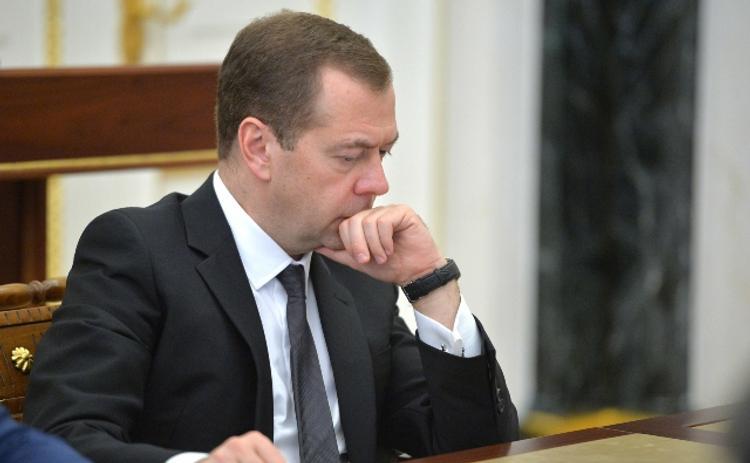 Медведев дал денег на самолёты и дороги. Не разлетятся ли они по дороге?