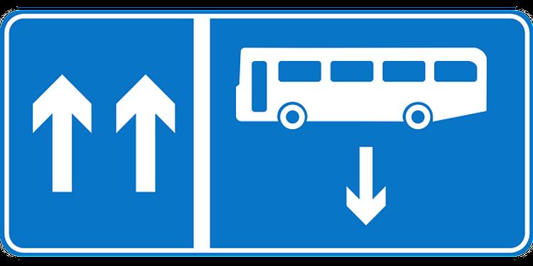 Автобус протаранил остановку рядом с одной из станций московского метро