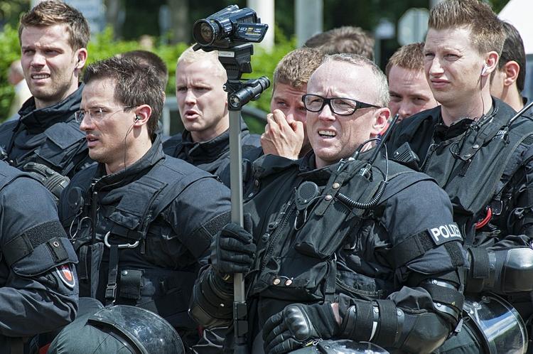 В кафе в немецком городе Саарбрюккен забаррикадировался вооружённый мужчина