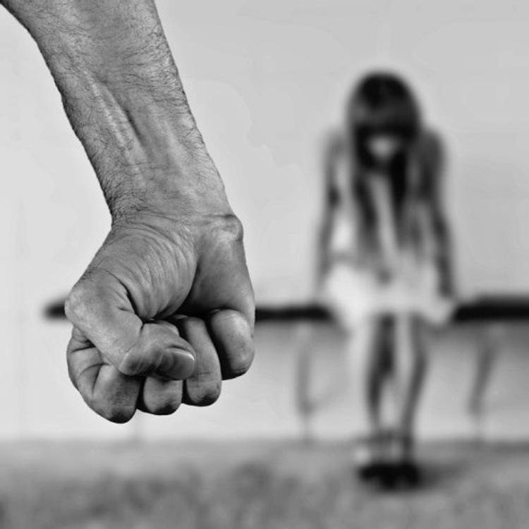 Сотрудник госучреждения в Петербурге изнасиловал 50-летнюю женщину