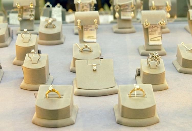 В Петербурге продавщица ювелирного крала драгоценности и сдавала их в ломбард