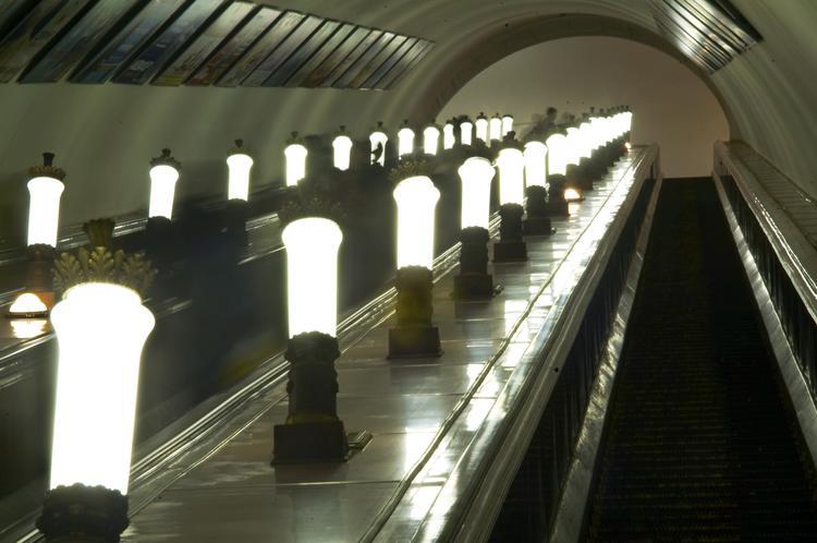 В московском метро девушке - инспектору ГИБДД за замечание сломали нос