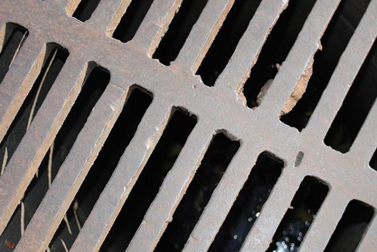 Из канализации в Челябинске спасли трех слесарей