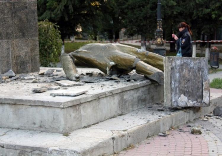Симферопольский депутат: виновных в сносе памятника Ленину нужно наказать (ФОТО)