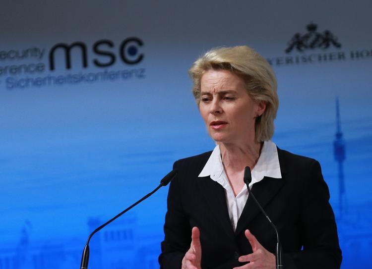 Министр обороны ФРГ: Трампу следует продолжать жесткую политику в отношении РФ