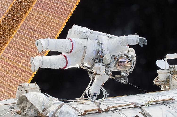 Китайские космонавты спустились на Землю через 33 дня