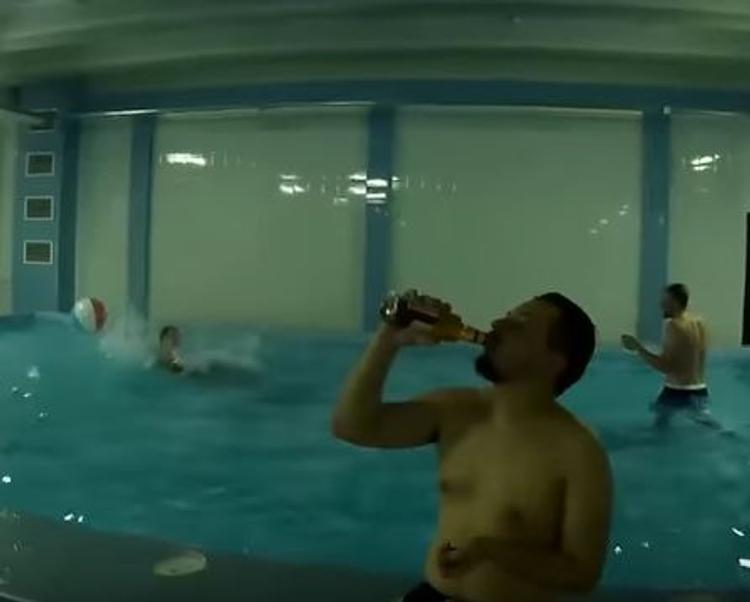 В СК заинтересовались эротической вечеринкой с алкоголем в школьном бассейне