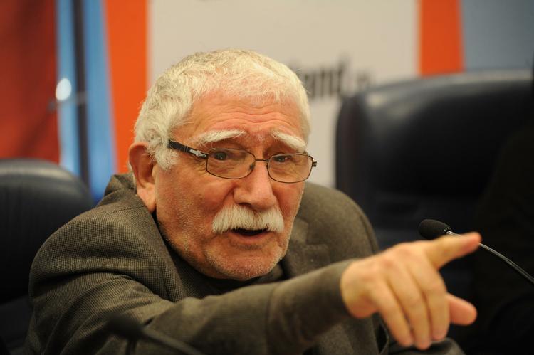 На Армена Джигарханяна подали в суд его подчиненные