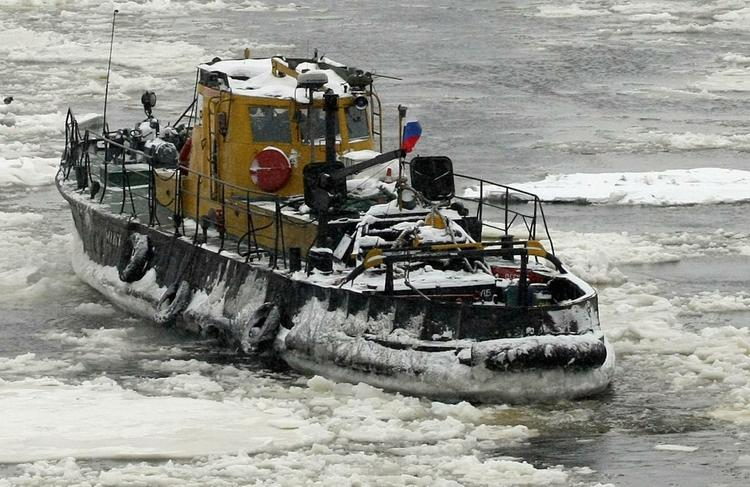 Два ледокола и два сухогруза остановились на Чукотке
