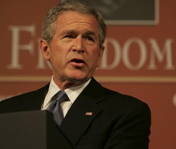 Джордж Буш-младший проиграл сражение с дождевиком на инаугурации Трампа