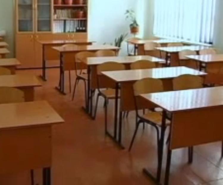 В Петербурге сотни родителей выстроились на запись детей в первый класс