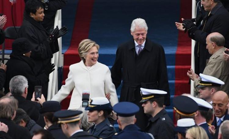 Пользователи сети посмеялись над сверлящей взглядом мужа Клинтон (ВИДЕО)