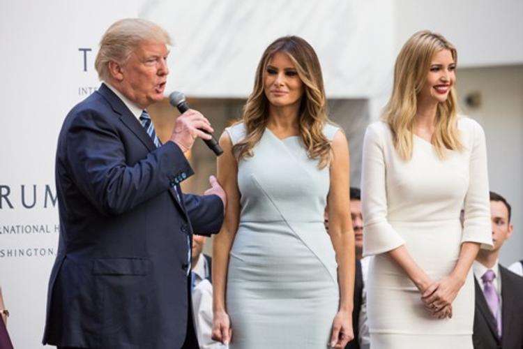 Стильные наряды Меланьи и Иванки Трамп на инаугурации произвели фурор в соцсетях
