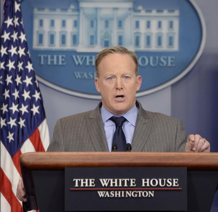 Пресс-секретарь Трампа первым делом раскритиковал СМИ за лживые репортажи