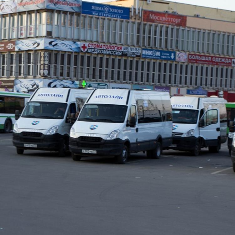 Очевидцы ДТП в Санкт-Петербурге: маршрутка влетела в столб, люди на земле лежат