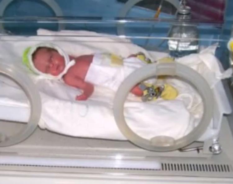 Знахарка пыталась вылечить младенца двумя надрезами на лбу