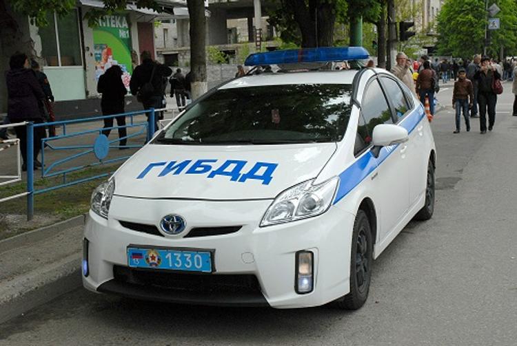 В Петербурге автомобиль сбил пешеходов на тротуаре и опрокинулся