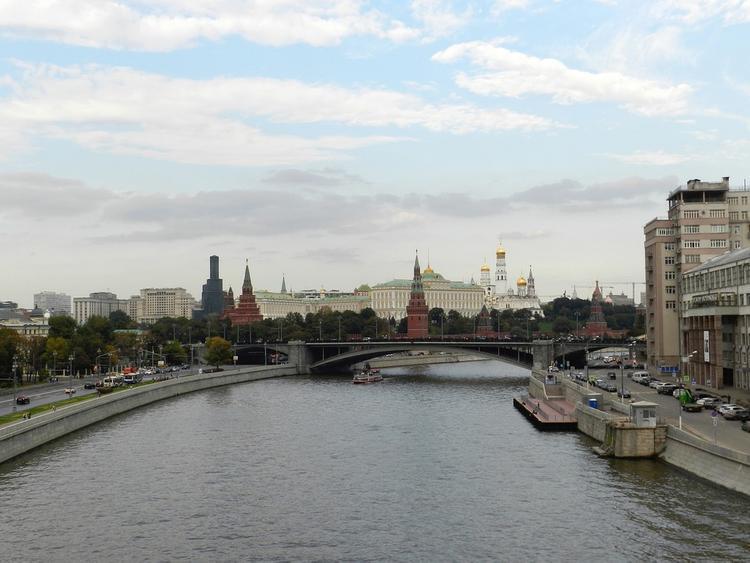 Тонущего человека вытащили из Москвы-реки