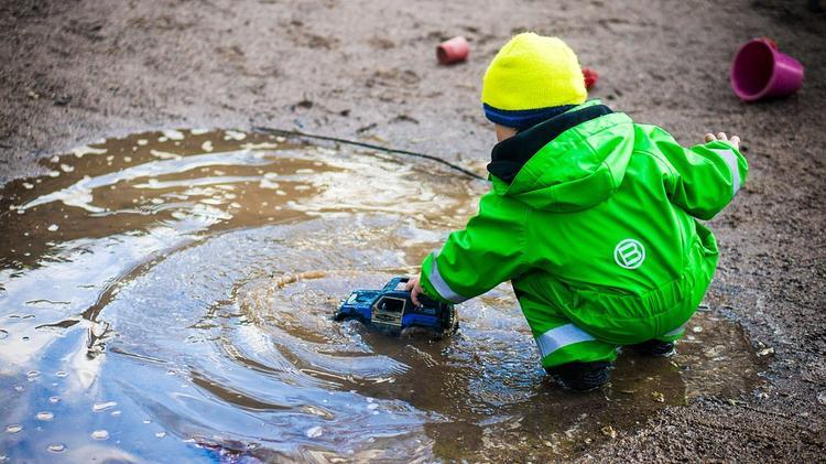 В Томской области маленькая девочка провалилась в самую глубокую лужу