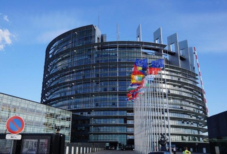Европарламент требует от РФ освободить Навального