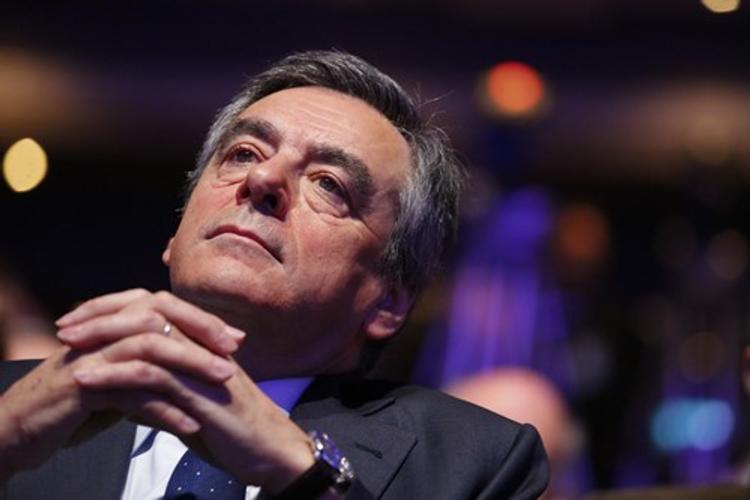 Кандидата в президенты Франции обсыпали мукой (ВИДЕО)