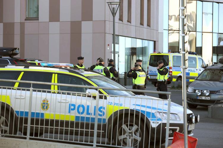 Грузовик въехал в толпу людей в центре Стокгольма