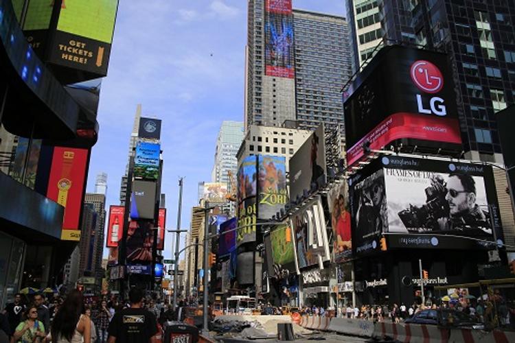 Обнаженная модель прошлась по Таймс-сквер в знак протеста