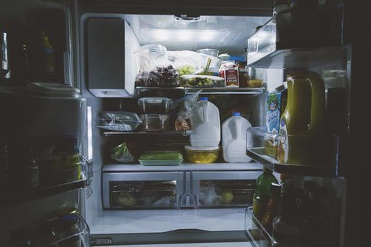 Почему люди ночью часто тянутся к холодильнику