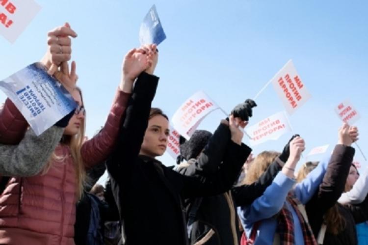 Три тысячи южносахалинцев почтили память погибших в Санкт-Петербурге