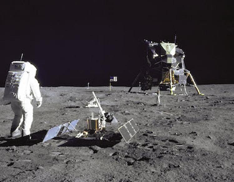 Сумку Армстронга с лунным грунтом внутри пустят с молотка