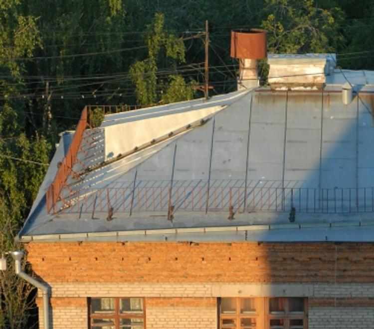 В Петербурге мужчина упал с крыши трехэтажного дома и выжил
