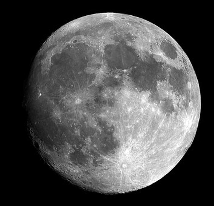 Огромный черный НЛО на поверхности Луны изумил уфологов