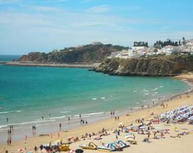 Самолет сбил двух человек на пляже в Португалии