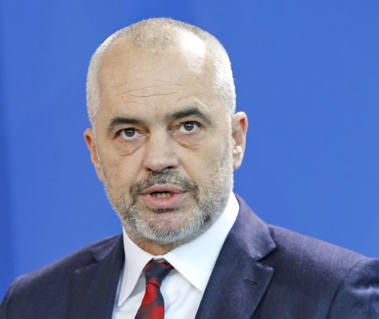 Премьеру Албании не дали сфотографироваться с Майклом Пенсом из-за кроссовок