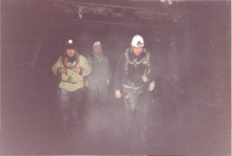 """60 шахтеров, заблокированных в подтопленной шахте """"Мир"""", не выходят на связь"""