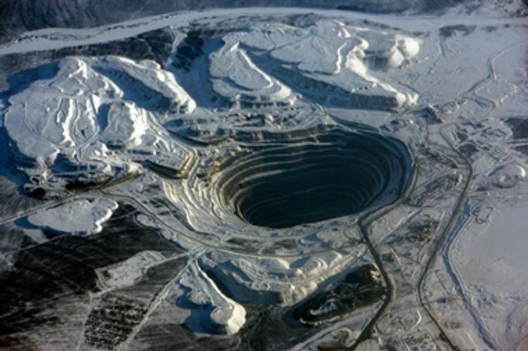 """Спасатели подняли на поверхность шахтера рудника """"Мир"""", который вышел на связь"""