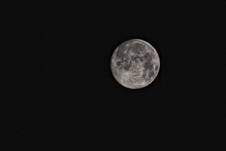 Уфологи разглядели на Луне «столовую» для инопланетян (ВИДЕО)